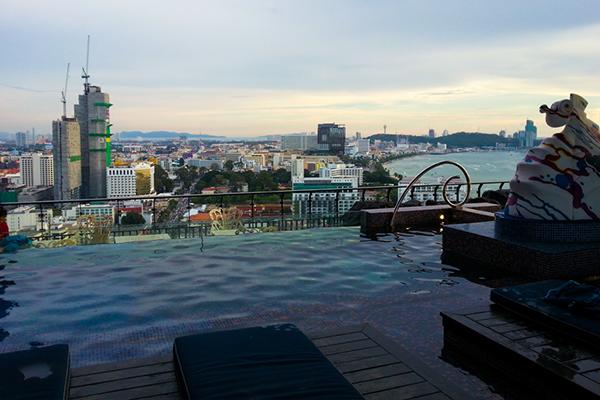 Ресторан с Бассейном на крыше в Паттайе