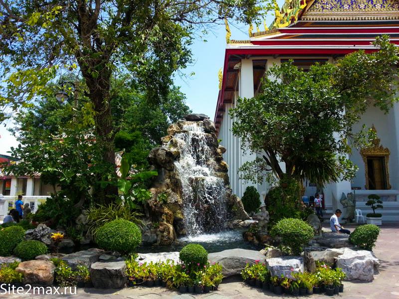 """Мне нравятся Храмы в Бангкоке, потому что они поддерживаются в хорошем состоянии и каждый имеет свою фишку, я такие храмы называю """"Парадными"""", Что я имею ввиду: Согласитесь, что гораздо интересней посетить Собор спаса не Крови или Собор Василия Блаженного, чем типовую церквушку в глубинке, которая ничем не примечательна. Тоже самое и здесь: Буддистских храмов очень много, но в Бангкоке собраны самые-самые! Храм Ват Пхо старейший в Бангкоке и построен в 1782 году, потом он развивался, расстраивался и сейчас занимает 12 акров! Территория Храма лежачего Будды очень красивая. Мне даже показалось, что она разбита на тематичные зоны, т.е. где-то стоят красивые ступы с мозаикой, где-то длинные коридоры с золотыми Буддами Храм лежачего будды Людей на территории не очень много, поскольку все приезжают к одному единственному зданию с лежачим Буддой, вот там действительно постоянный поток людей Храм лежачего будды"""
