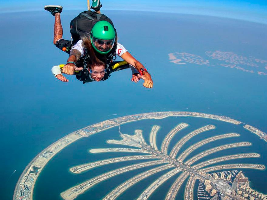 Прыжки с парашютом над Пальмой в Дубае