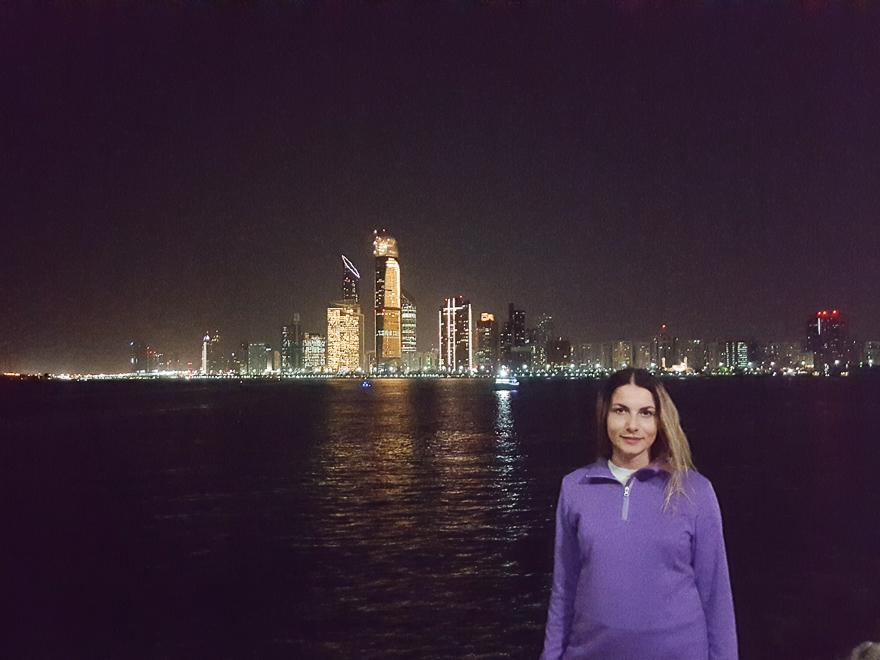 Жена вечером в феврале в Дубае одевала свитер, потому что ей было холодно