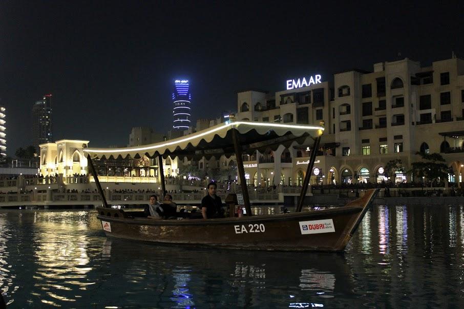 Лодка с которой можно посмотреть фонтан в Дубае