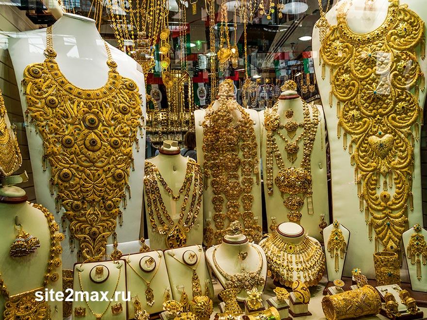 Золотые украшения для местных всегда очень массивные