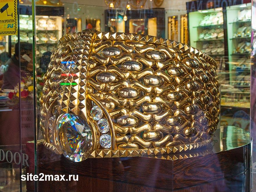 Самое большое золотое кольцо в мире можно увидеть на рынке. Также можно свободно купить его уменьшенные копии