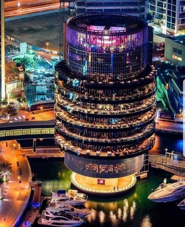 Pier 7 - это 7 этажей различных ресторанов с видом на каналы.