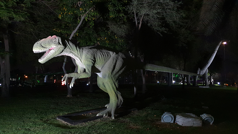 Динозавр в парке