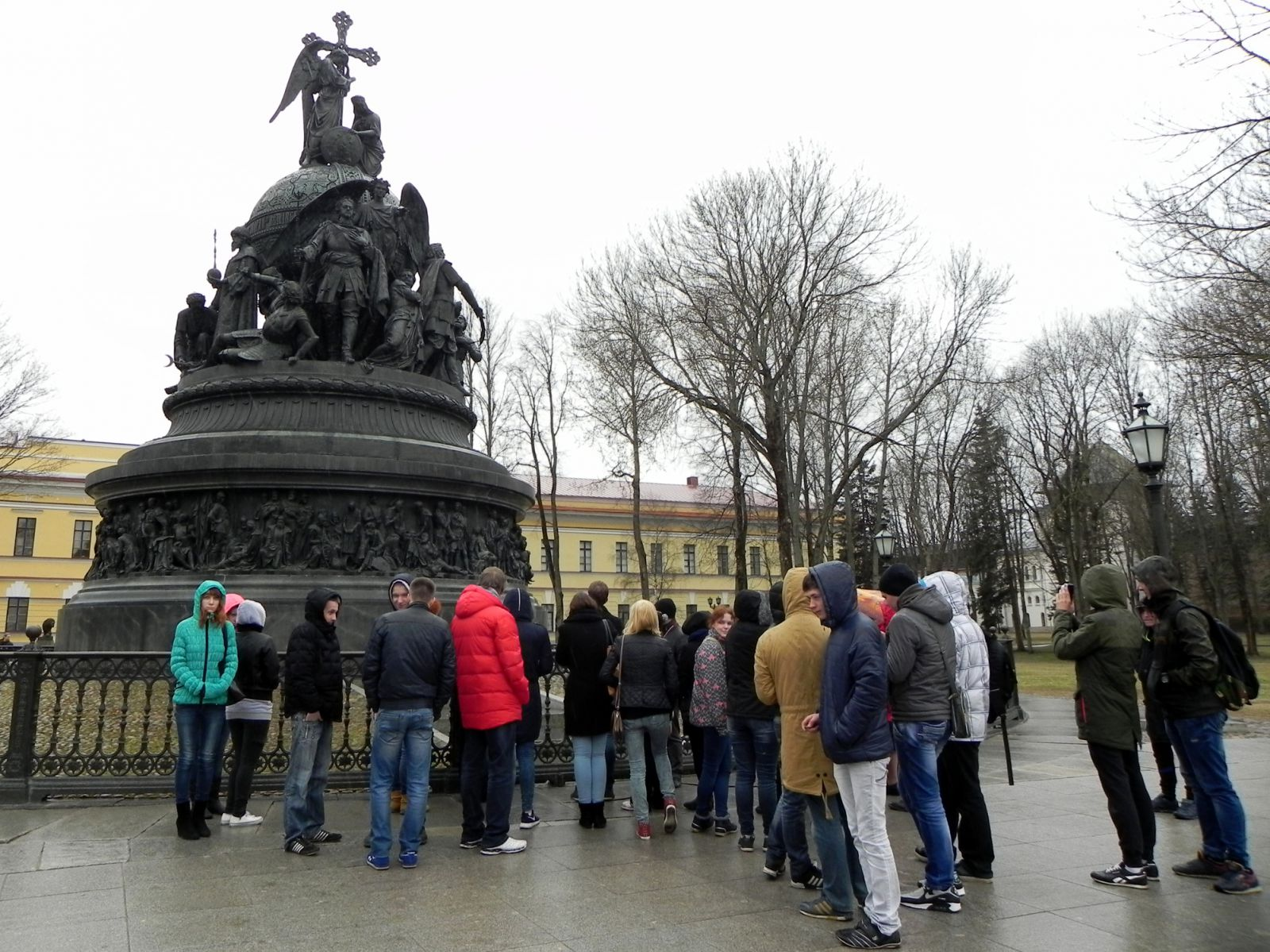 Туристы возле памятника